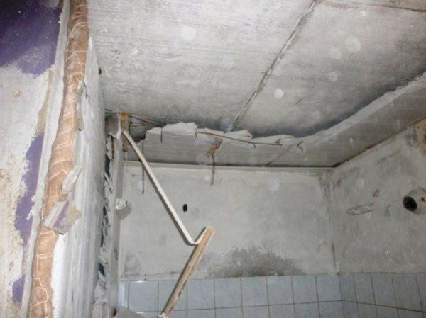 потолок сантехкабины