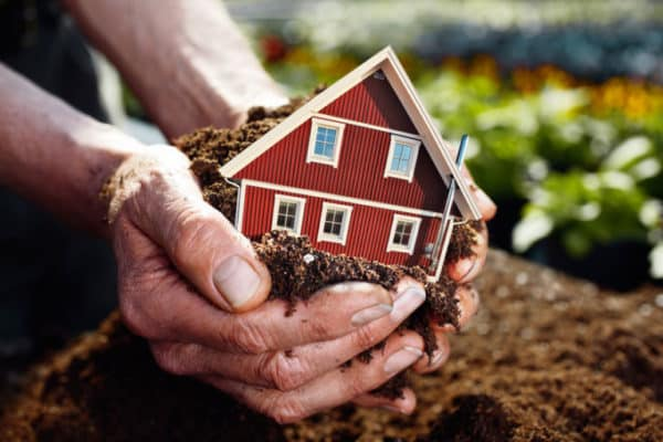 Земля под домом кому принадлежит